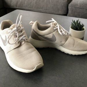 NIKE • roshe running shoes